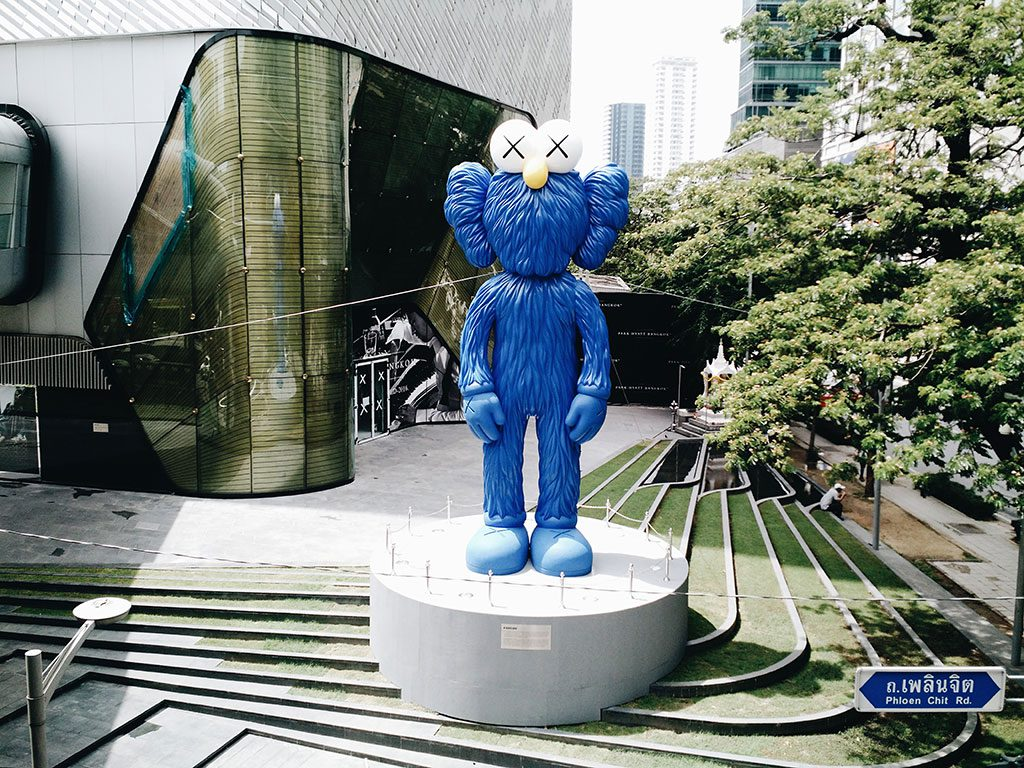 kawsbff-kaws-central-embassy-bangkok-hippiedreamer-01